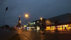 La vista lungo il miglio dorato del ` s di Blackpool archivi video