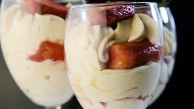 La vista macro del dessert cremoso della mousse bianca deliziosa fila intorno archivi video