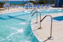 La vista magnífica de invitación que sorprende del balneario al aire libre ajardina y los argumentos con la piscina natural de la Imagen de archivo
