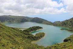 La vista magnifica di Lagoa fa Fogo & x28; Lago di Fire& x29; da uno dei siti di osservazione dell'isola di San Miguel fotografia stock libera da diritti