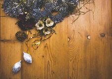 La vista maravillosa del sistema de decoraciones de la Navidad y de dos bolas de cristal de plata hermosas Fotografía de archivo libre de regalías