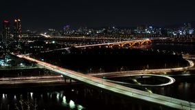 La vista nocturna de Seúl Opinión de top de la autopista del lapso de tiempo almacen de metraje de vídeo