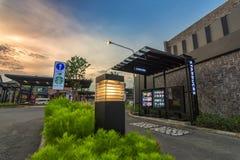 La vista a Oporto va Bangpa-in, ristorante del ` s di McDonald a Ayutthaya, Tailandia Il ` s di McDonald è un restaur degli alime immagini stock