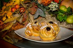 La vista orizzontale di alimento italiano al forno tradizionale ha chiamato Zeppole Immagini Stock