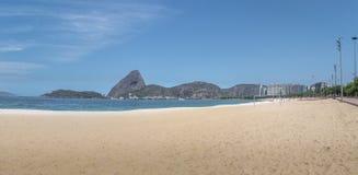 La vista panorámica de Aterro hace la playa y Sugar Loaf Mountain - Rio de Janeiro, el Brasil de Flamengo fotografía de archivo