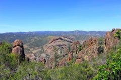 La vista panorámica de balcones excava de altos picos se arrastra, los pináculos parque nacional, California imagen de archivo libre de regalías