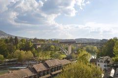 La vista panorámica de Berna y la suya entrenan, Suiza, Europa Foto de archivo libre de regalías