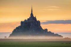 La vista panorámica de la isla de marea famosa del Le Mont Saint-Michel en sea Imagenes de archivo
