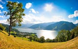 La vista panorámica de la ciudad de Zell considera, Austria imagen de archivo libre de regalías