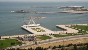 La vista panorámica de la noria gira cerca del mar, tráfico de coches en el camino Baku, Azerbaijan Lapso de tiempo metrajes