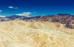 La vista panorámica de los badlands de la lutolita y del claystone en Zabriskie señala Parque nacional de Death Valley, Californi Foto de archivo libre de regalías