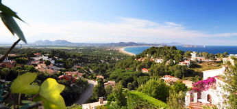 La vista panorámica de los chalets del día de fiesta acerca al mar Foto de archivo