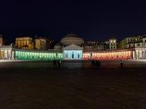 La vista panorámica de los colores rojos blancos verdes de Italia aligeró en la noche Piazza del Plebiscito Imagen de archivo libre de regalías