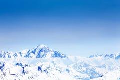 La vista panorámica de la nieve caped la montaña de Mont Blanc foto de archivo