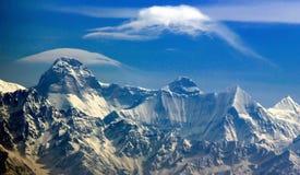La vista panorámica de picos Himalayan le gusta Trisul, de Nanda Devi y de Panchchuli de Kasauni, Uttarakhand, la India imagen de archivo libre de regalías