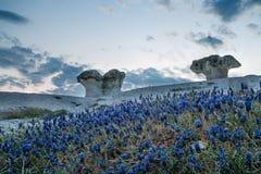 La vista panorámica de una formación de roca la piedra prolifera rápidamente en Kardzh Foto de archivo