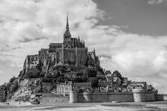 La vista panorámica hermosa de Le famoso Mont Saint-Michel de marea es Fotografía de archivo