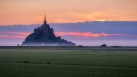 La vista panorámica hermosa de Le famoso Mont Saint-Michel de marea es fotografía de archivo libre de regalías