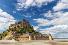 La vista panorámica hermosa de Le famoso Mont Saint-Michel de marea es imagen de archivo