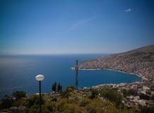 La vista panoramica aerea alla città di Saranda e la baia del mare ionico da Lekuresi fortificano, l'Albania immagine stock