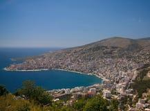 La vista panoramica aerea alla città di Saranda e la baia del mare ionico da Lekuresi fortificano, l'Albania fotografia stock libera da diritti