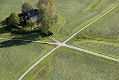 La vista panoramica aerea dalla cima del castello della fortezza di Hohensalzburg su terra coltivata si è divisa dalle strade di  Immagine Stock