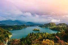 La vista panoramica aerea dell'esposizione lunga strabiliante del lago ha sanguinato, la Slovenia, Europa (Osojnica) Immagini Stock