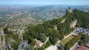 La vista panoramica aerea delle montagne a San Marino archivi video