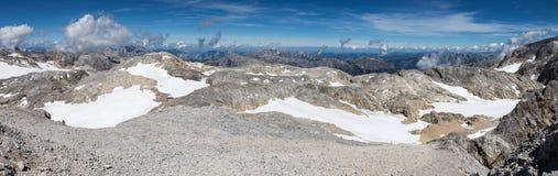 La vista panoramica dei picchi di montagna delle alpi austriache Immagine Stock
