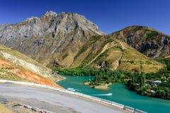 La vista panoramica del lago Charvak, un lago-bacino idrico artificiale enorme ha creato erigendo un'alta diga di pietra sul fium Fotografie Stock Libere da Diritti