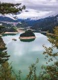 La vista panoramica del lago di Centro Cadore nelle alpi in Italia, fa Fotografia Stock Libera da Diritti