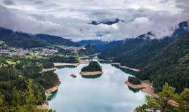 La vista panoramica del lago di Centro Cadore nelle alpi in Italia, fa Fotografia Stock