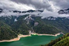 La vista panoramica del lago di Centro Cadore nelle alpi in Italia, fa Immagini Stock