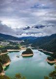 La vista panoramica del lago di Centro Cadore nelle alpi in Italia, fa Immagini Stock Libere da Diritti