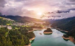 La vista panoramica del lago di Centro Cadore nelle alpi in Italia, fa Fotografie Stock