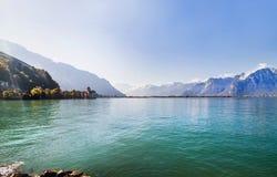 La vista panoramica del lago geneva e Chillon fortificano fra le montagne in Svizzera Fotografia Stock Libera da Diritti