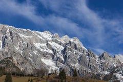 La vista panoramica del paese delle meraviglie idilliaco dell'inverno con la montagna completa la i Fotografie Stock
