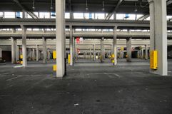 La vista panoramica del sito di impianto industriale vuoto al giorno d'oggi colloca per le riunioni e le esposizioni OGR fotografia stock libera da diritti