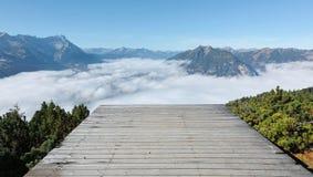 La vista panoramica della montagna Zugspitze dalla rampa di decollo di parapendio sopra il supporto Wank in Garmisch Partenkirche Fotografia Stock