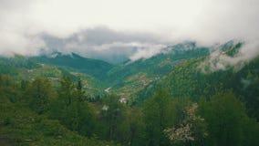 La vista panoramica delle colline montagnose, si rannuvola le montagne georgia archivi video