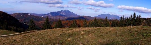La vista panoramica delle creste della montagna della giumenta di Piatra e di Postavaru in autunno condisce fotografie stock libere da diritti