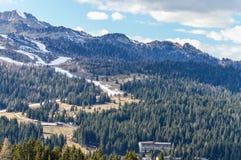 La vista panoramica delle montagne delle alpi delle dolomia in Italia con lo sci pende in primavera Fotografia Stock Libera da Diritti