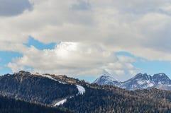 La vista panoramica delle montagne delle alpi delle dolomia in Italia con lo sci pende in primavera Fotografie Stock Libere da Diritti