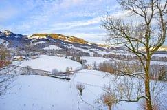 La vista panoramica delle montagne svizzere abbellisce su un inverno soleggiato da Fotografie Stock Libere da Diritti