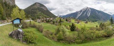 La vista panoramica di bello villaggio di Schmitten nel ½ del ¿ di Graubï nden, la Svizzera fotografie stock