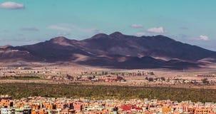 La vista panoramica di Marrakesh e della neve ha ricoperto le montagne di atlante, Marocco stock footage