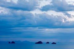 La vista panoramica di vista sul mare con il cielo nuvoloso, la tempesta, l'oceano blu, montagne a Phang Nga abbaia Fotografia Stock Libera da Diritti