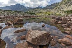 La vista panoramica stupefacente dei laghi Musalenski e Musala alzano, montagna di Rila Fotografia Stock Libera da Diritti