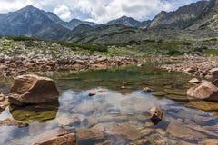 La vista panoramica stupefacente dei laghi Musalenski e Musala alzano, montagna di Rila Fotografie Stock