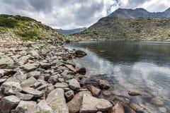 La vista panoramica stupefacente dei laghi Musalenski e Musala alzano, montagna di Rila Fotografie Stock Libere da Diritti